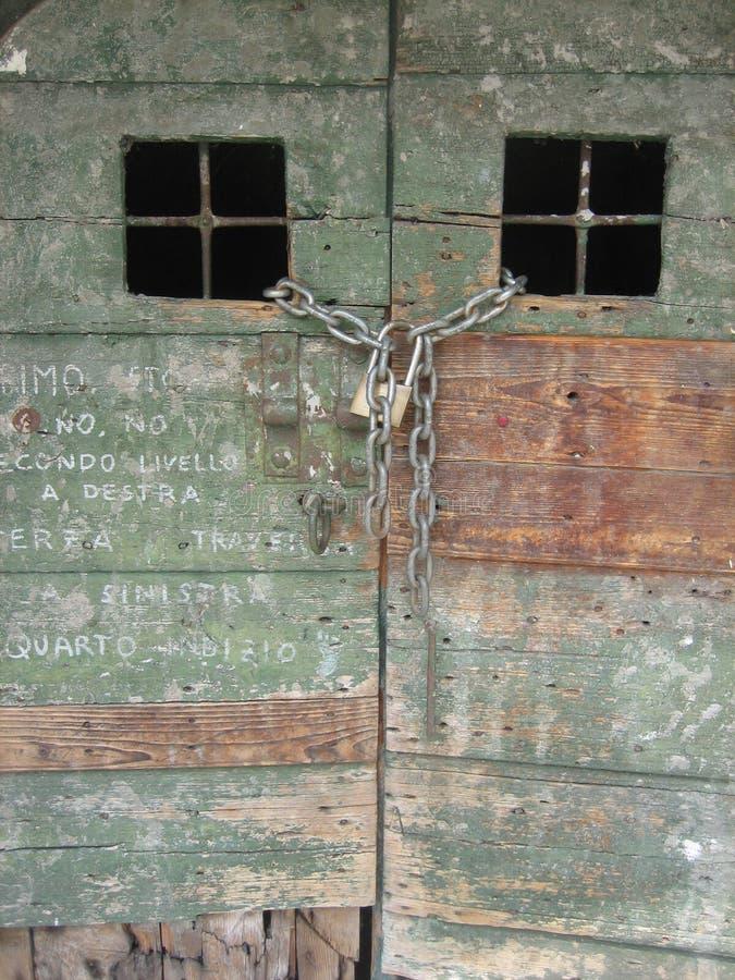 gammalt trä för dörrgrafittigreen royaltyfria bilder