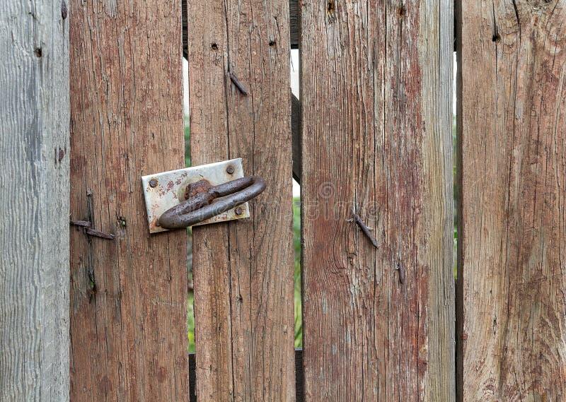 Gammalt trä och dörrhandtag royaltyfri bild