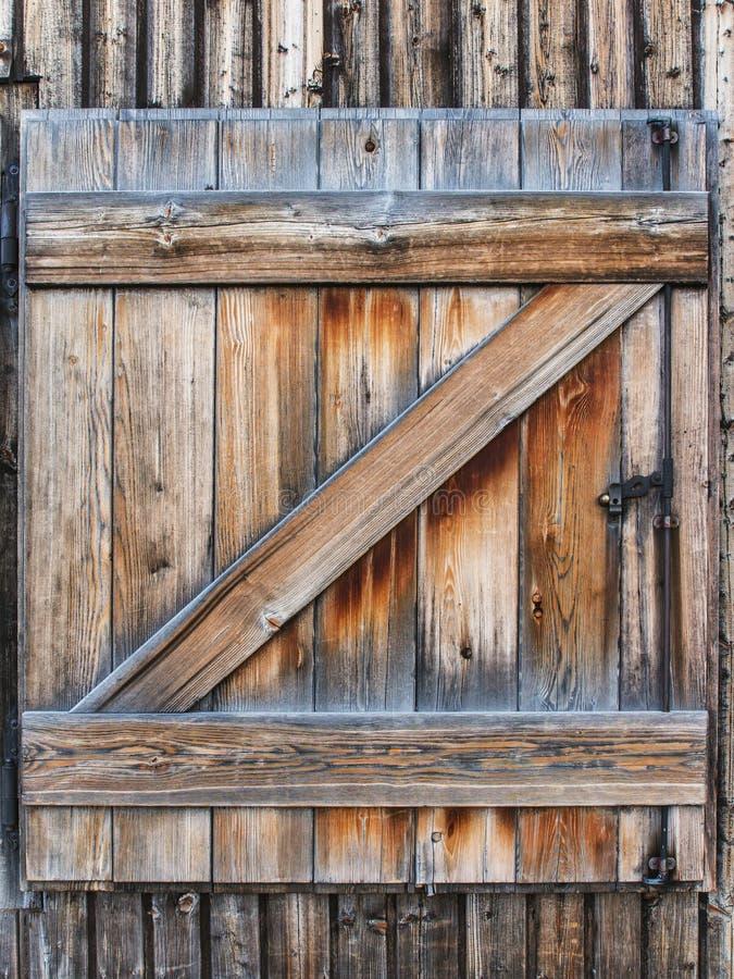 Gammalt trä stänger med fönsterluckor royaltyfria foton