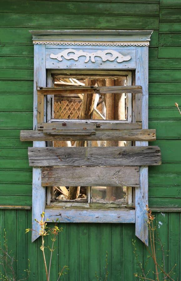 Gammalt träfönster i åldrigt lantligt hus arkivfoto