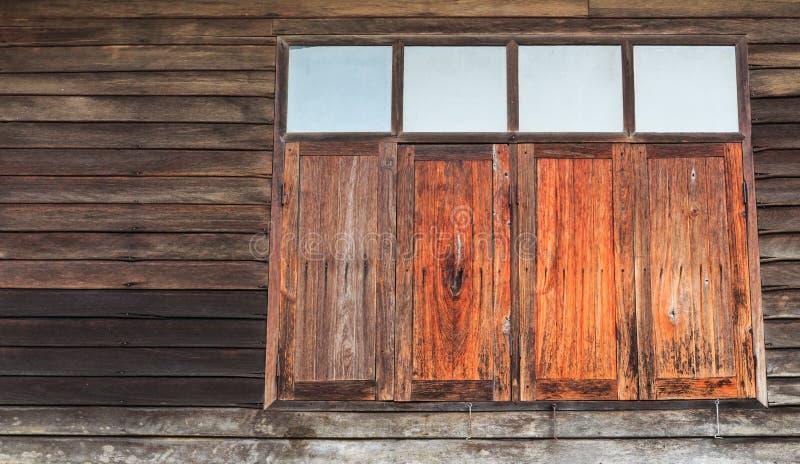 Gammalt träfönster i Si Sa Ket, Thailand royaltyfria foton