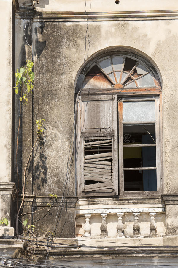 Gammalt träfönster på den övergav byggnaden royaltyfri bild