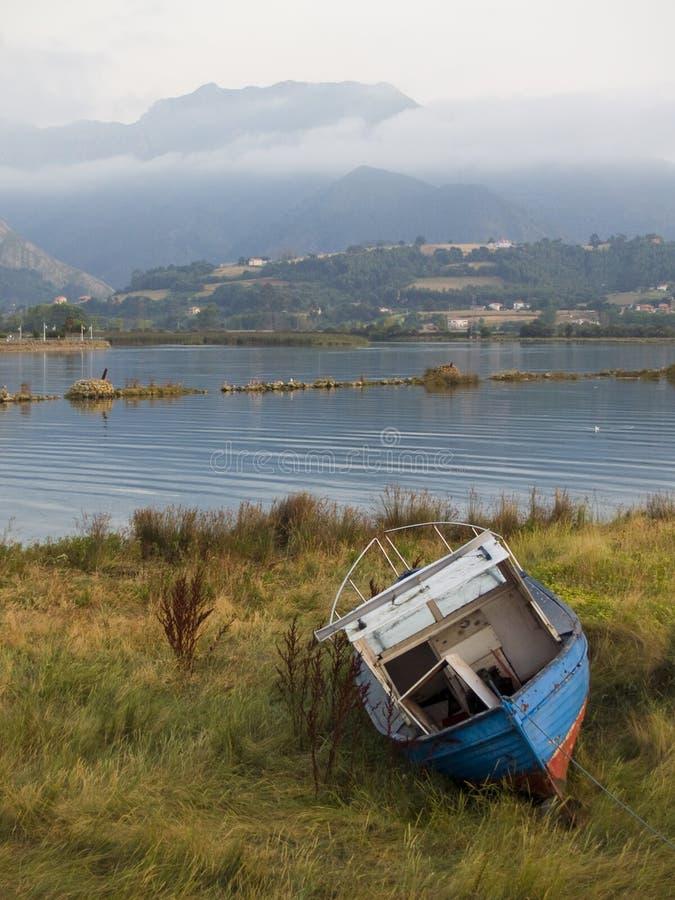 Gammalt träfartyg på den Sella floden Ribadesella, Asturias, Spanien på skymning arkivbild