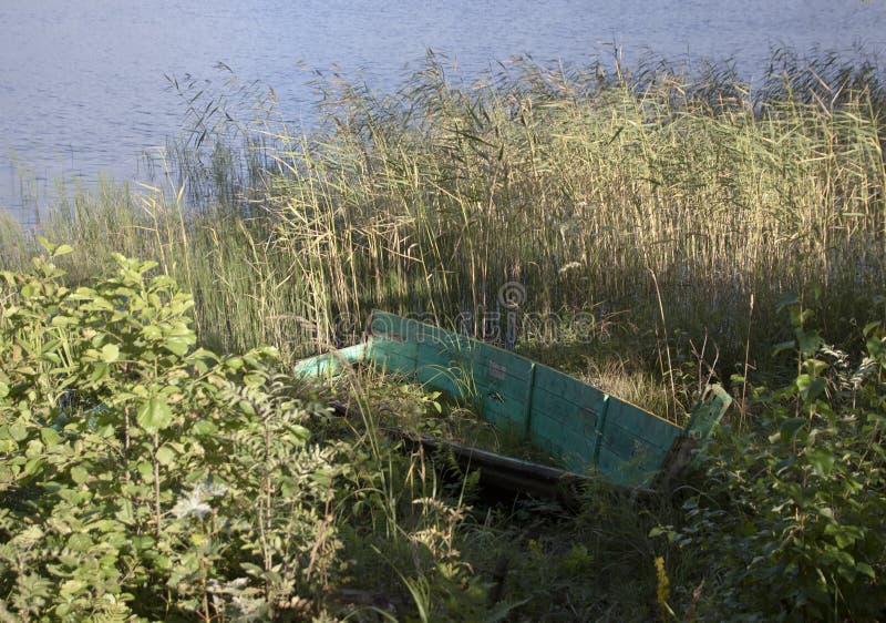 Gammalt träfartyg på kanten av sjön arkivfoton