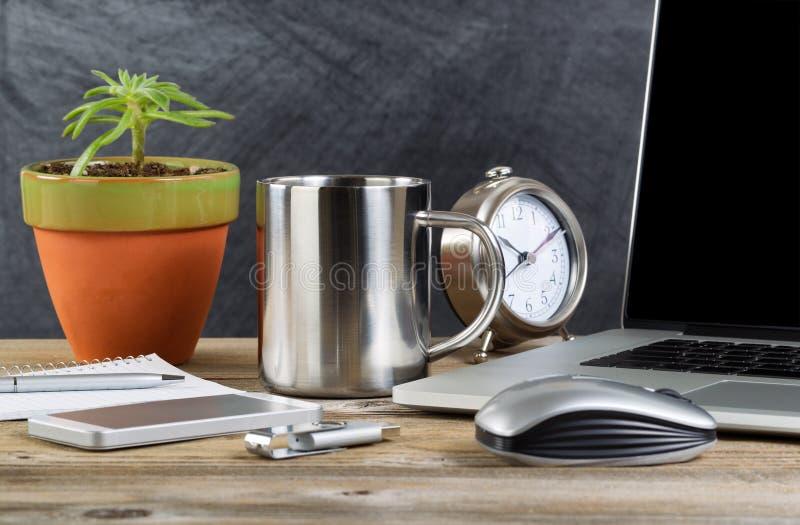 Gammalt träfunktionsdugligt skrivbord med teknologi och kaffe royaltyfria bilder
