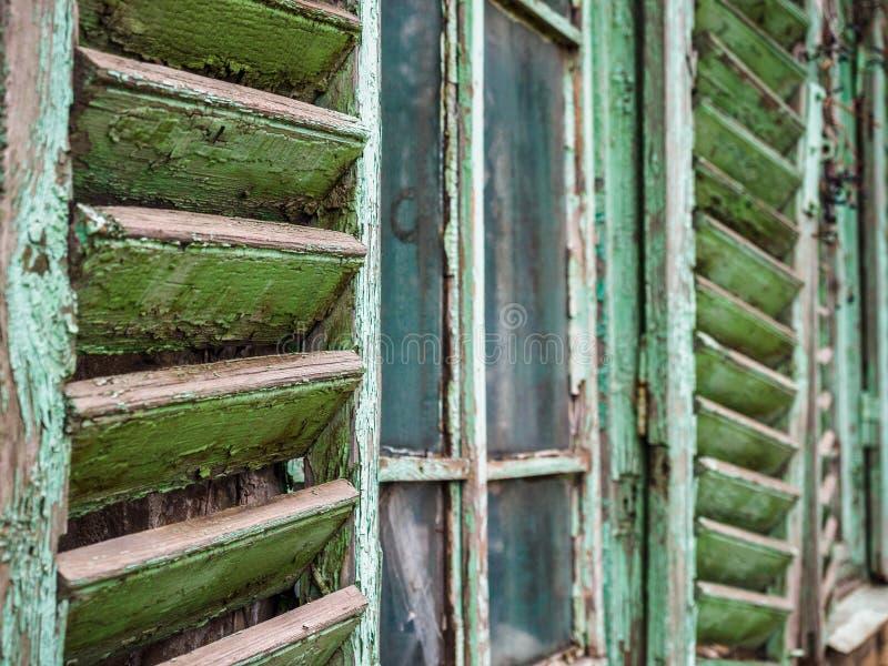 Gammalt trägrönt öppet fönster med slutare arkivfoto