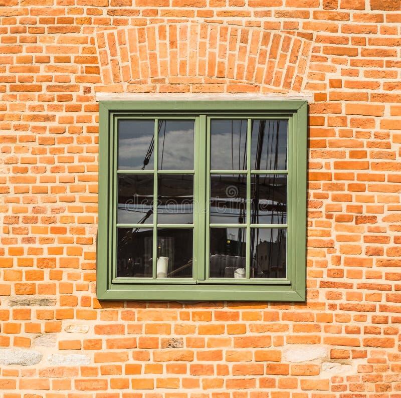 Gammalt trägrönt fönster royaltyfri fotografi