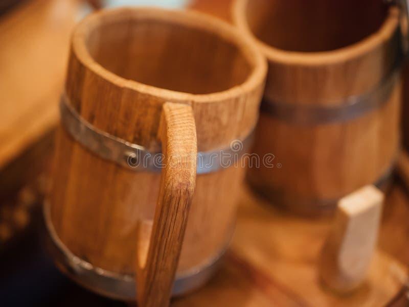 Gammalt trähandgjort rånar för öl eller öl, slut upp arkivbilder