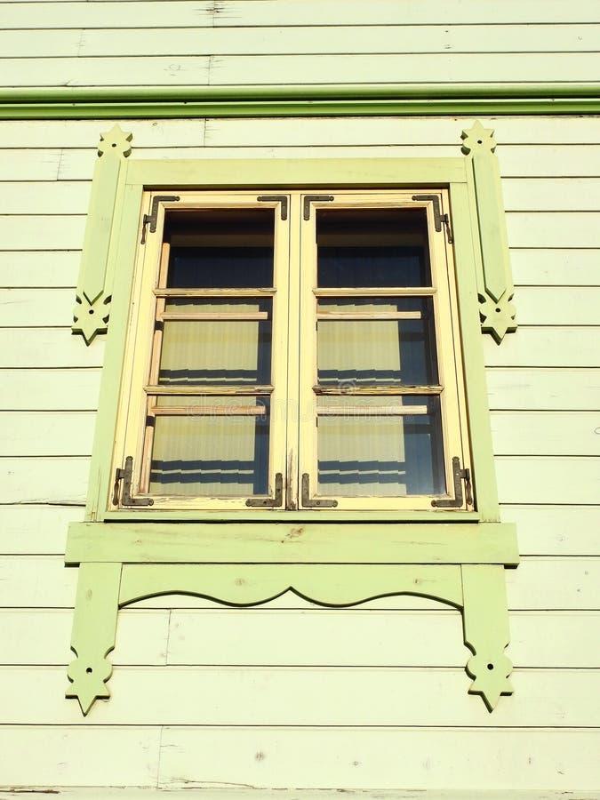 Gammalt trähem- fönster, Lettland royaltyfri foto
