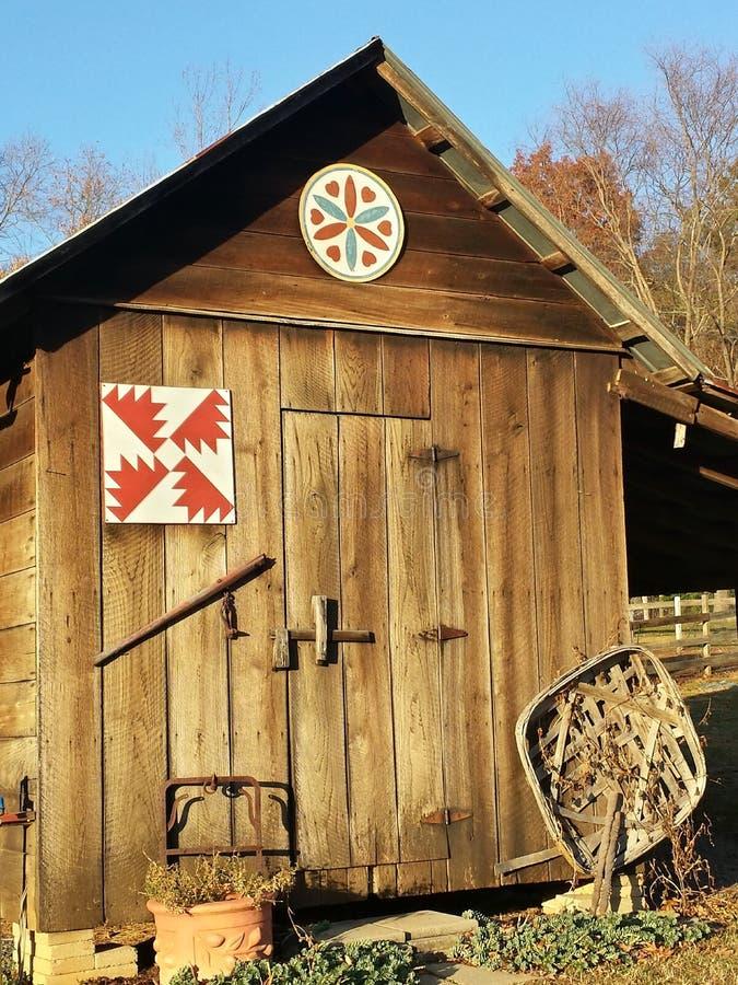 Gammalt trähjälpmedelskjul, North Carolina royaltyfria foton