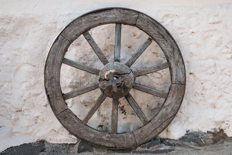 Gammalt trähjul - antikt hästvagnshjul royaltyfri bild