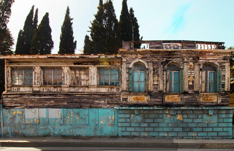 Gammalt trähus, April 2019 Turkiet/Istanbul arkivfoton
