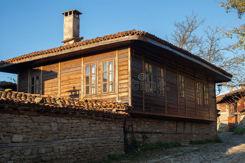 Gammalt trähus i Zheravna (Jeravna) Byn är en arkitektonisk reserv av den bulgariska nationella nypremiärperioden (18th och 19t arkivfoto