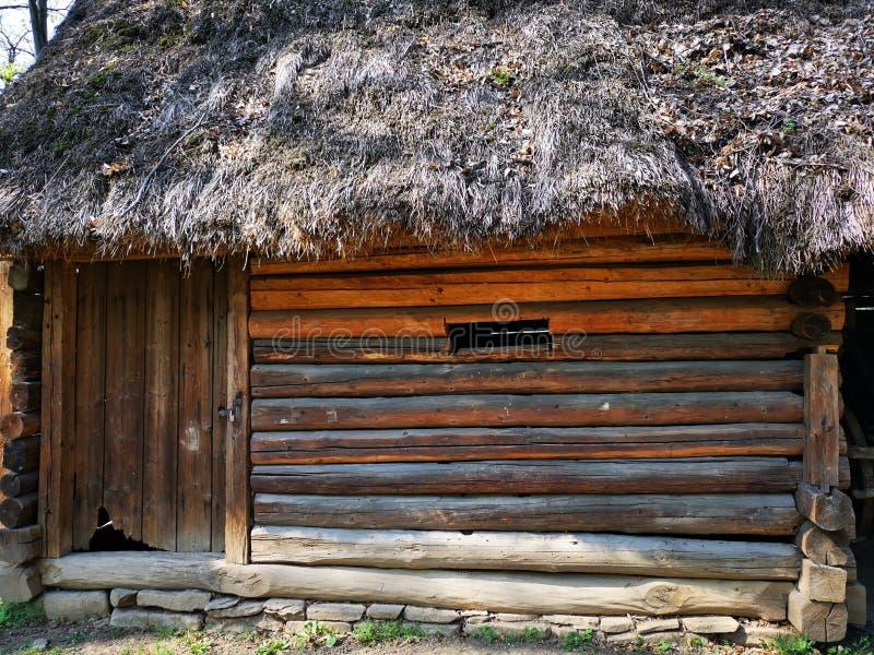 Gammalt trähus - ladugård på lantgården fotografering för bildbyråer