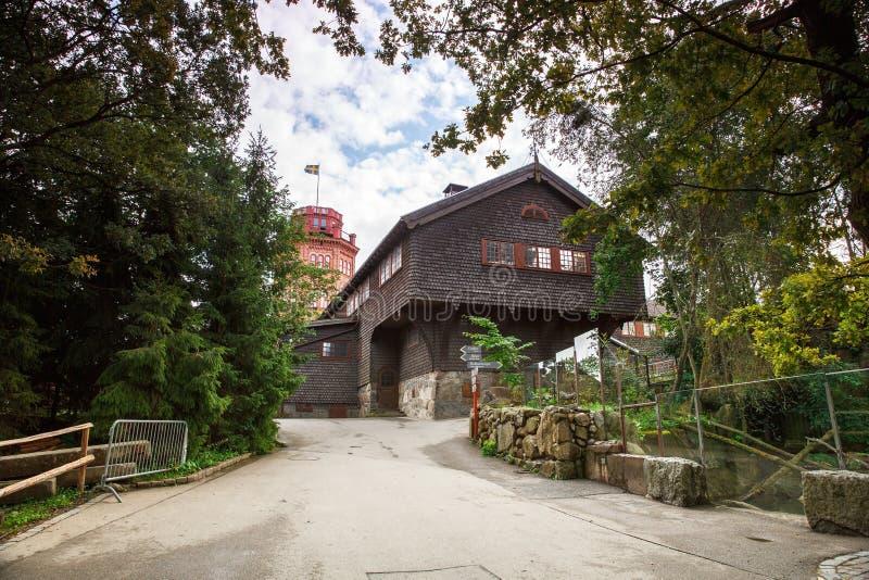 Gammalt trähus och Bredablick torn arkivfoton