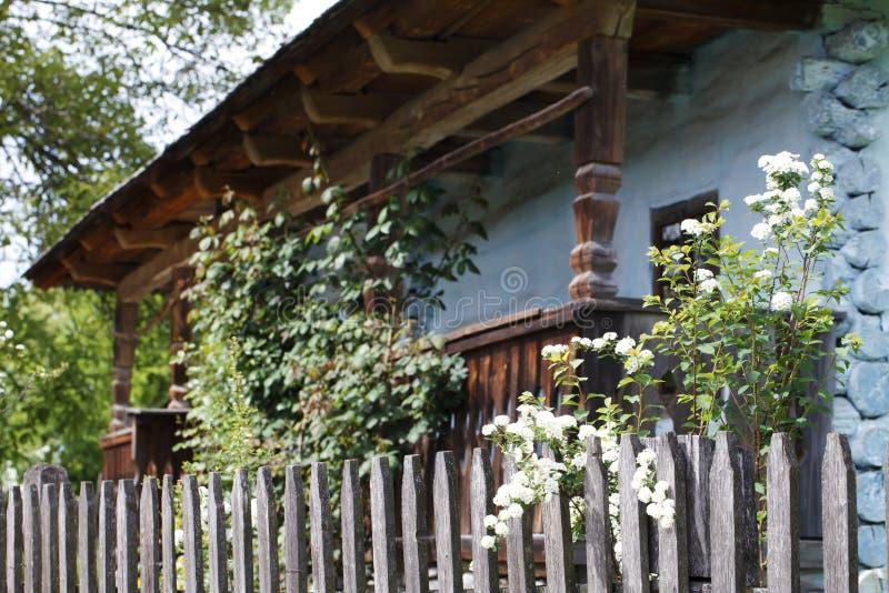Gammalt trähus, person som tillhör en etnisk minoritet, traditionell konstruktion arkivbilder