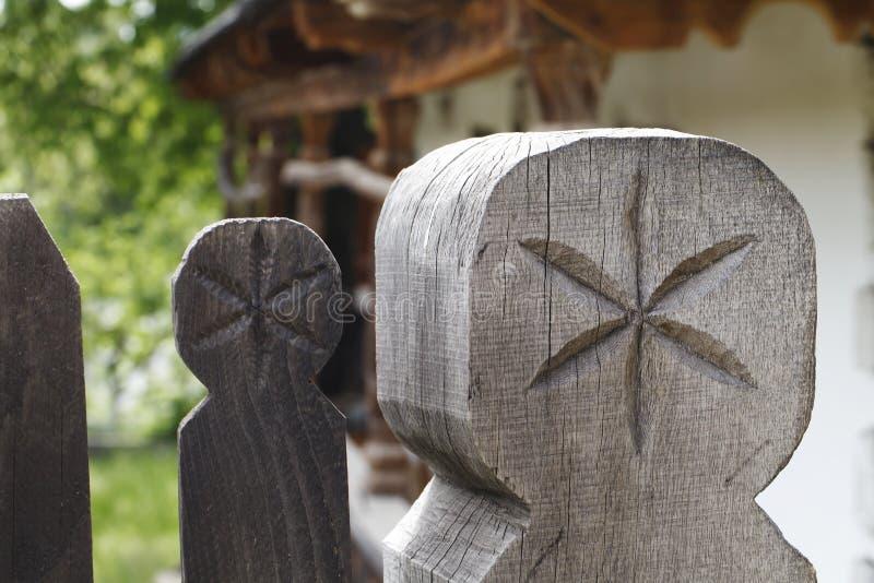 Gammalt trähus, person som tillhör en etnisk minoritet, traditionell konstruktion arkivfoto