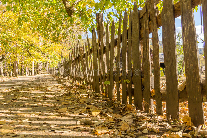 Gammalt träposteringstaket på en historisk lantgård arkivbilder