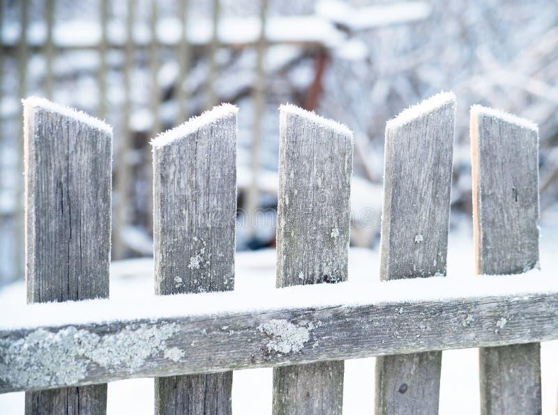 Gammalt trästaket i vinter Frostigt snö arkivbild