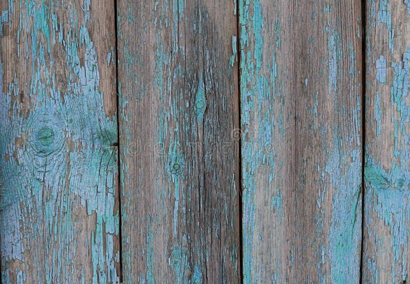 Gammalt trästaket med blå sjaskig målarfärg royaltyfri fotografi