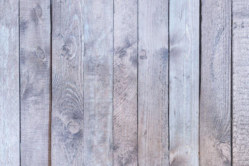 Gammalt trästaket med urblekt ljus - grått trä Släta vertikala bräden f?r anteckningsbokpapper f?r bakgrund mellanrum isolerad wh arkivbild