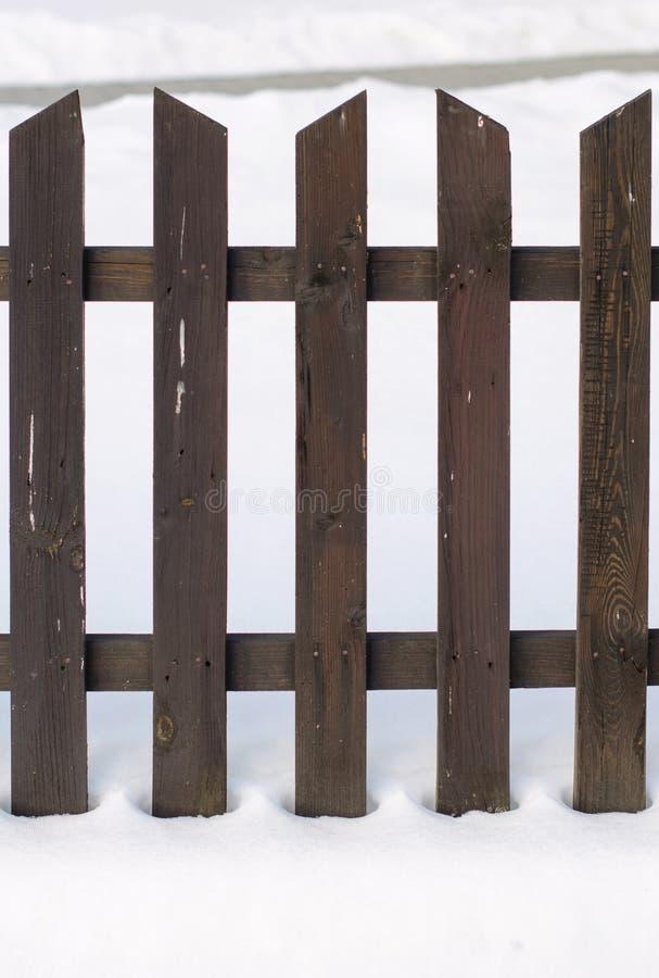 Gammalt trästaket som omges av snö Jul och vinterbegrepp royaltyfri foto
