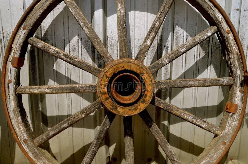 Gammalt trävagnhjul med navet och eker arkivbilder