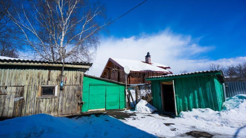 Gammalt tr?byhus med uthus i vintern medeltida russia f?r 16 ?rhundrade f?stningizborsk th som l?per royaltyfri bild