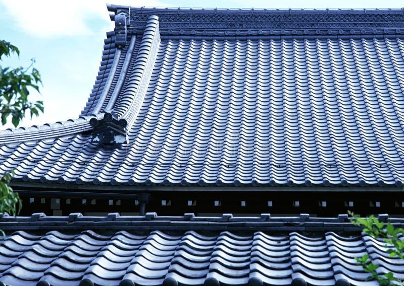 Gammalt traditionellt blått taklägga för tegelplatta av Japan arkitekturbakgrund fotografering för bildbyråer
