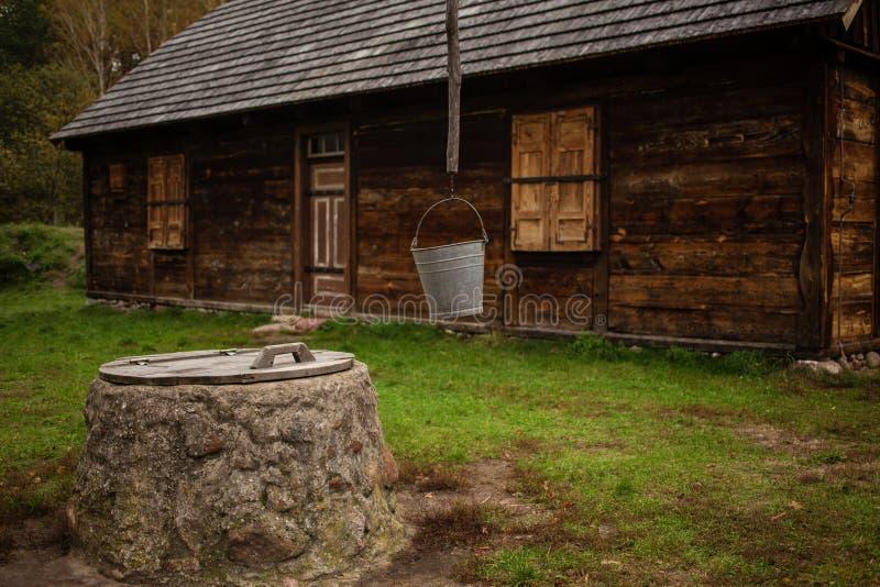 Gammalt traditionellt bygdhus arkivfoto