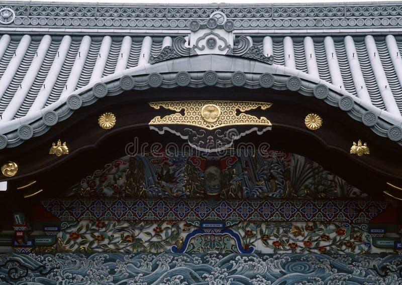 Gammalt traditionellt japanskt trä och guld- garnering av ingångsbakgrund royaltyfri fotografi