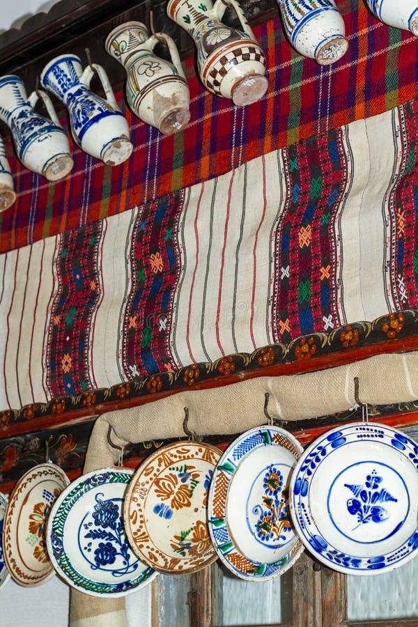 Gammalt traditionellt, krukmakeri keramiska tillbringare och plattor royaltyfri fotografi