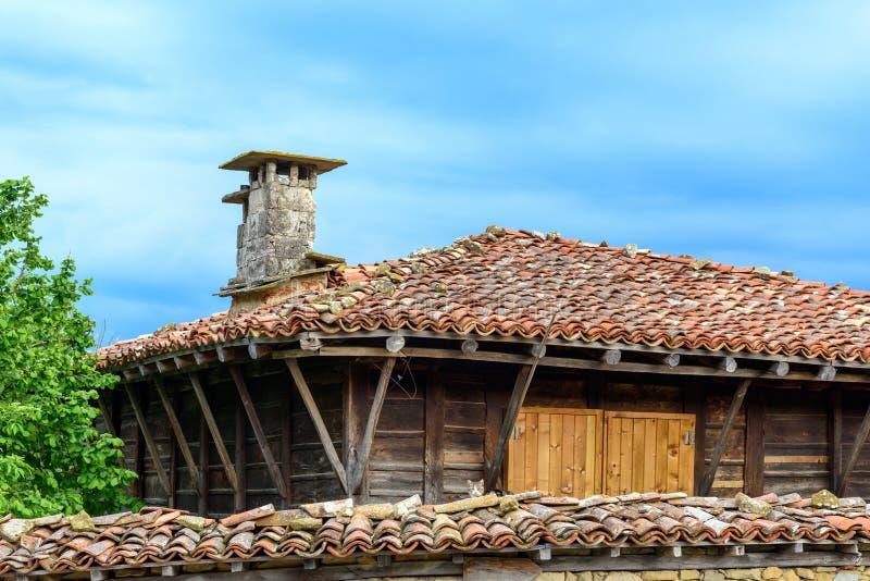 Gammalt traditionellt lantligt hus i Zheravna, Bulgarien royaltyfri bild