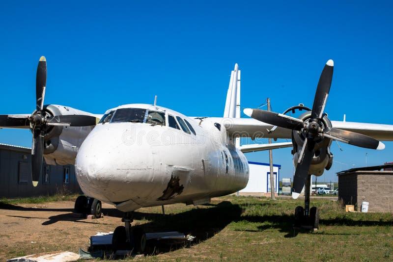 Gammalt turbopropmotorflygplan Skadat flygplan Flygolycka royaltyfri fotografi