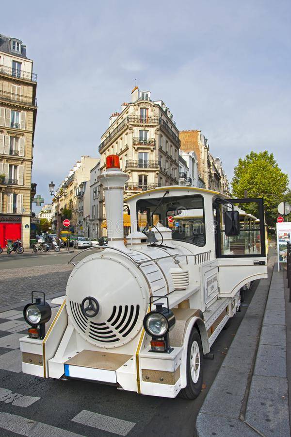Gammalt turist- rörligt drev på Montmartre i Paris arkivbilder