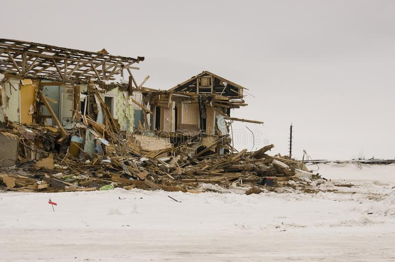 Gammalt två-storied förstört, fördärvat och ödelagt hus i vinter med snö omkring Armod och misär som är norr royaltyfria bilder