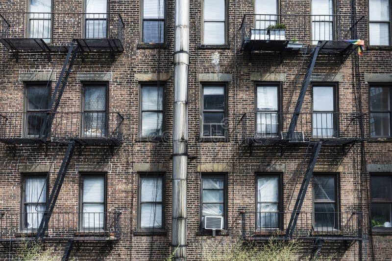 Gammalt typisk tegelstenhus i New York City, USA royaltyfria bilder