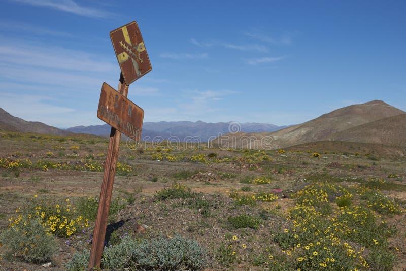 Gammalt underteckna in den Atacama öknen royaltyfri bild