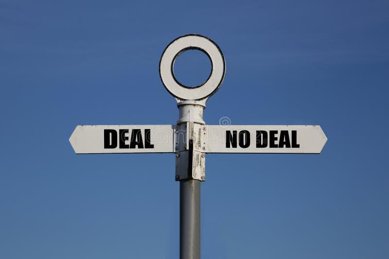 Gammalt vägmärke med avtal och inget avtal på motsatta sidor royaltyfri bild