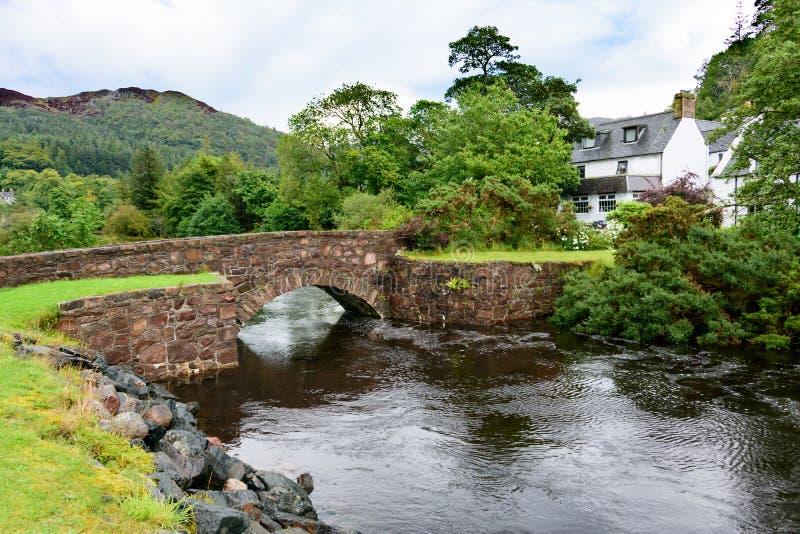 Gammalt vagga bron i Gairloch, Skottland fotografering för bildbyråer