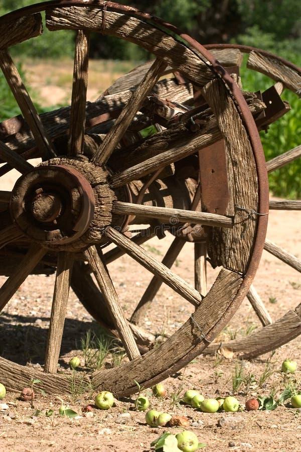 gammalt vagnhjul för äpplen arkivfoto