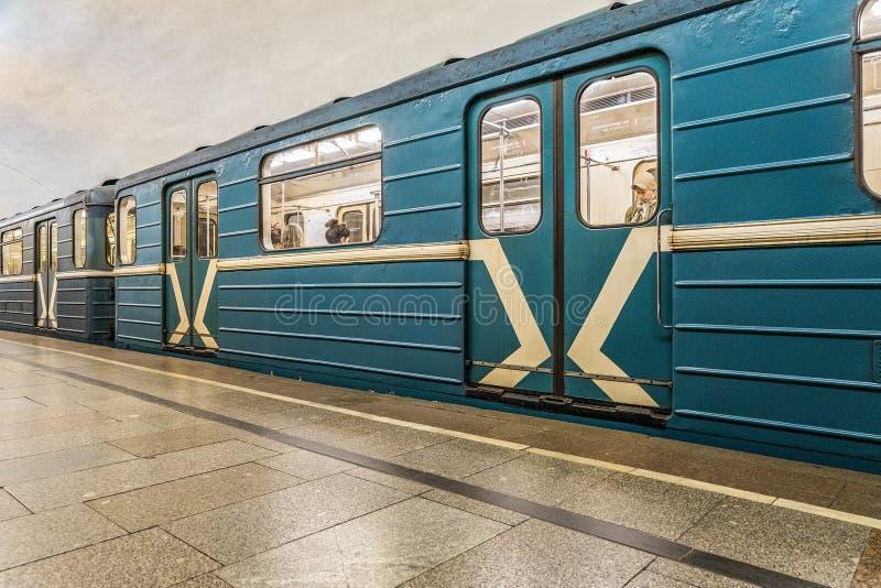 Gammalt vagntunnelbanadrev på gångtunnelstation i Moskvastad fotografering för bildbyråer