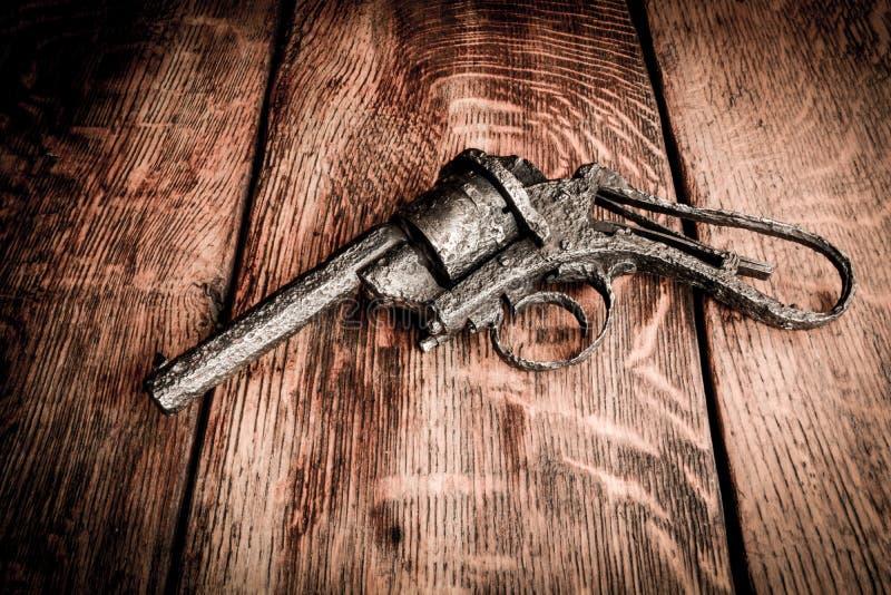 Gammalt vapen på trätabellen arkivfoto