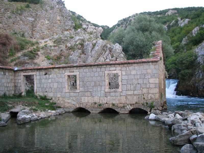 Gammalt vatten maler på floden Ruda nära staden av Sinj royaltyfria foton