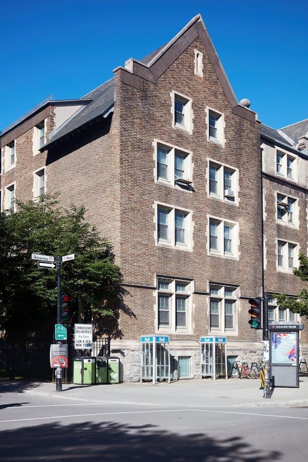 Gammalt victorian tegelstenhus i Montreal, Quebec, Kanada på en solig sommardag royaltyfria bilder