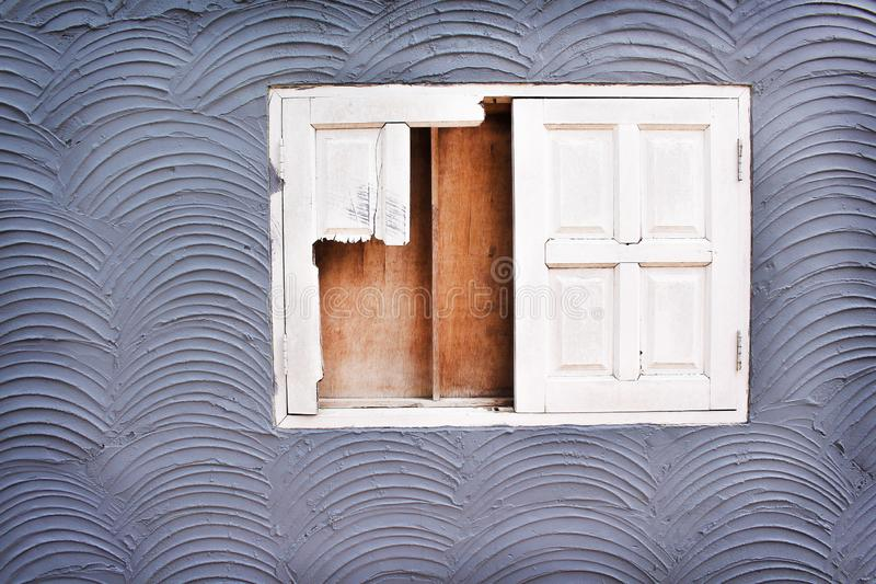 Gammalt vitt brutet fönster på betongväggtextur i sömlösa grova modeller för våg för bakgrund fotografering för bildbyråer