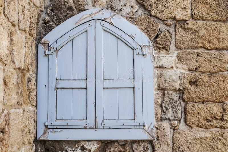 gammalt vitt fönster arkivfoto