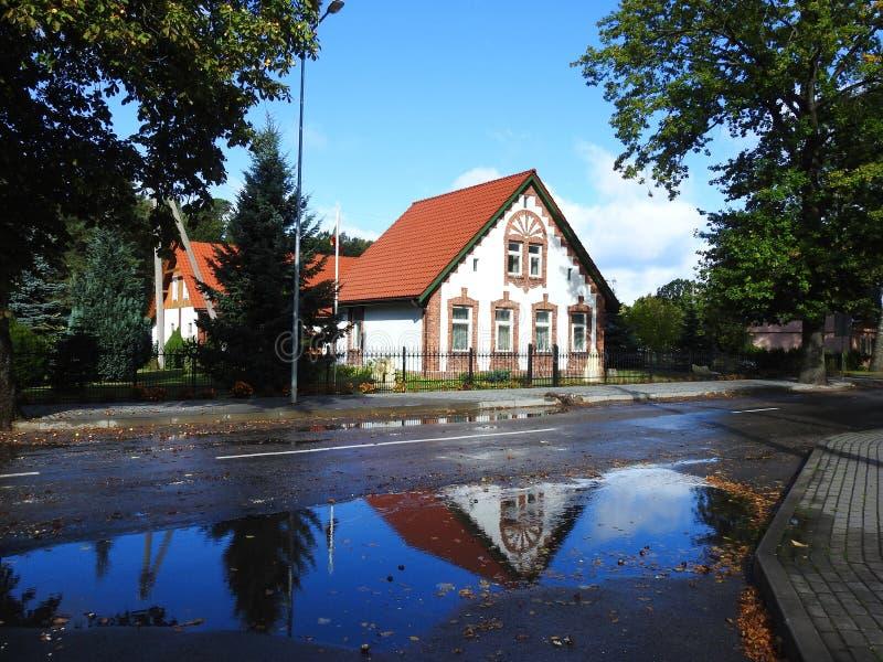 Gammalt vitt ombyggnadhem nära vägen, Litauen royaltyfri fotografi