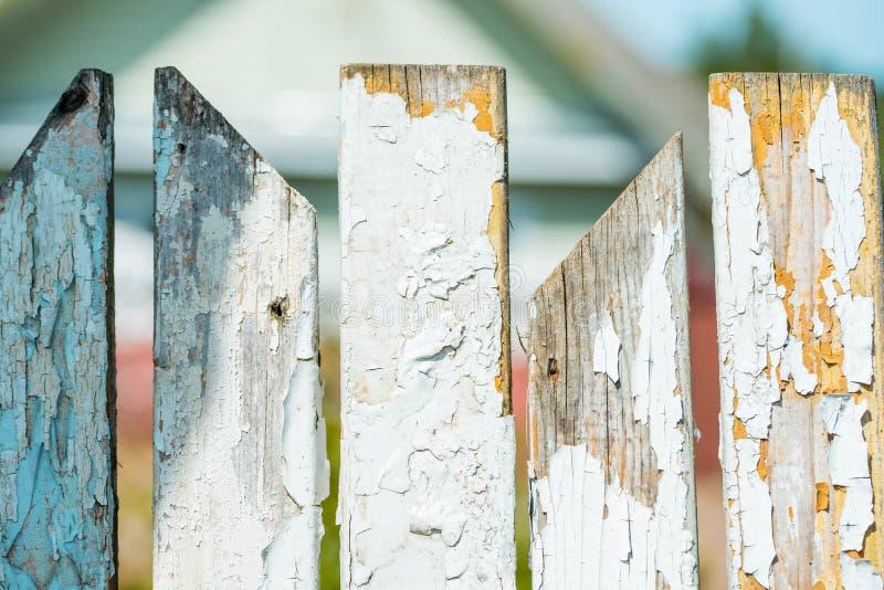 gammalt vitt trä för staket royaltyfria bilder