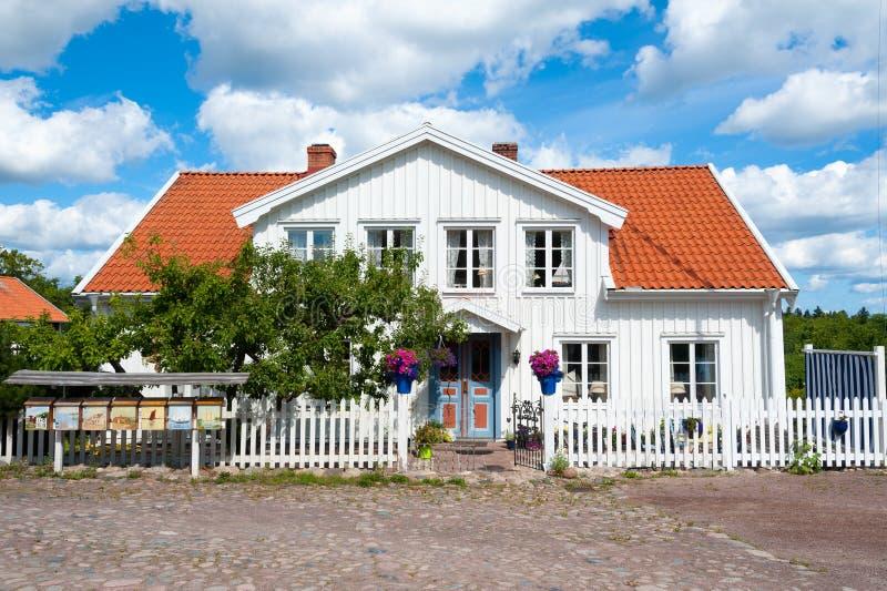 Gammalt vitt trähus i Pataholm, Sverige royaltyfri foto